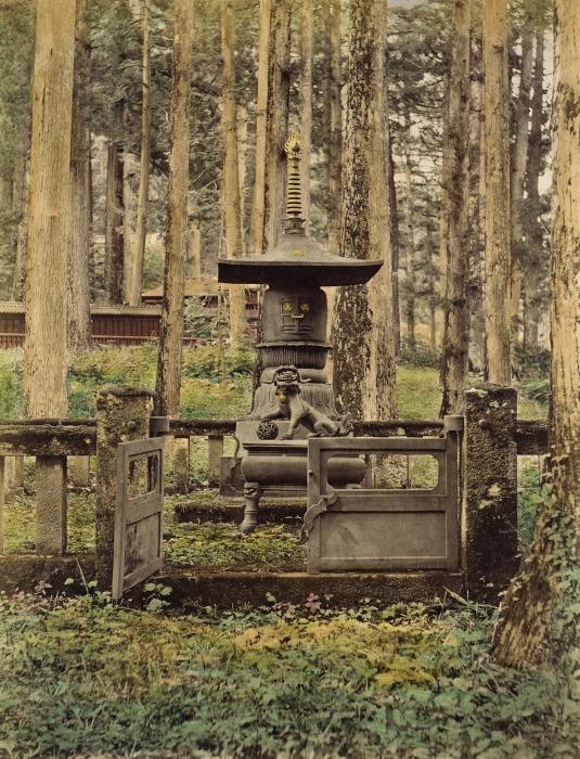 Японские погребальные обряды  включают в себя отпевание, кремацию покойного, захоронение в семейной могиле и периодические поминальные службы.