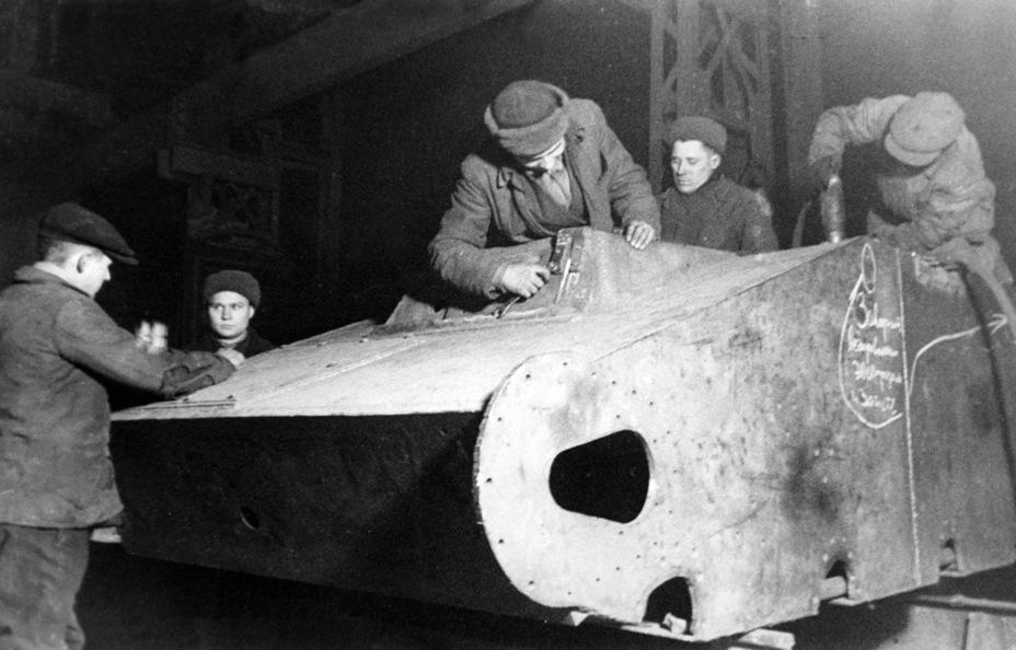 Сборка корпуса Т-60 на заводе №264, зима 1942 года. Хорошо заметно, что борта у машины сварные - Танк со сталинградских окраин | Военно-исторический портал Warspot.ru