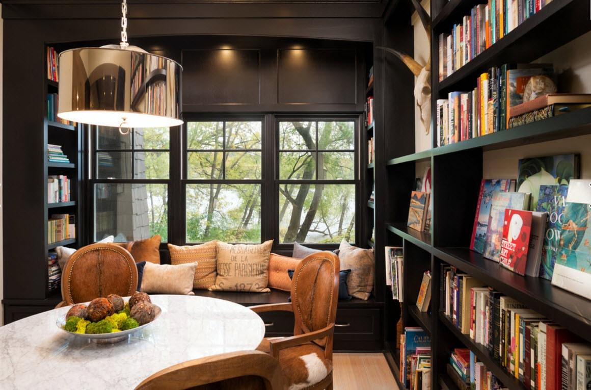 Книжный шкаф из темного дерева