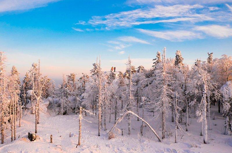 Двое на скале среди заснеженного леса, Нижний Тагил, Свердловская область © Cultura Creative зима, красота, природа, россия, фото