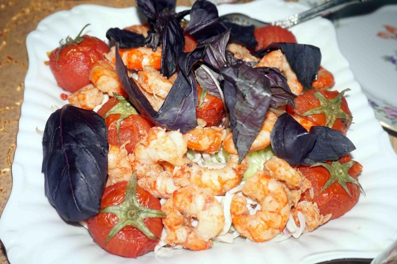 Салат с креветками, кальмарами, огурцами и салатом «Айсберг»