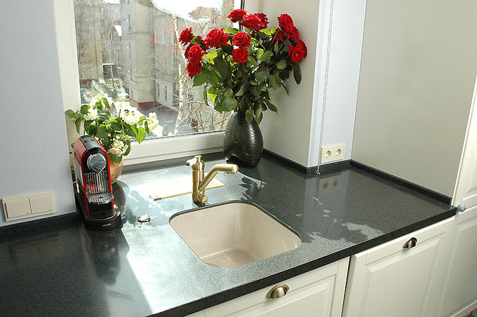 Подоконник на кухне: как использовать его возможности