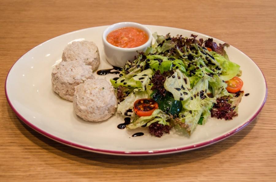 Полезные котлеты из индейки на пару с овощным салатом