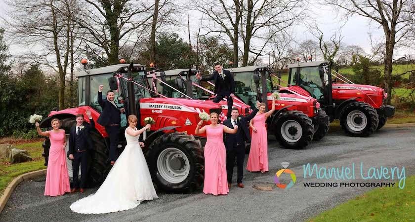 Ирландка исполнила детскую мечту, приехав на свадьбу на красном тракторе