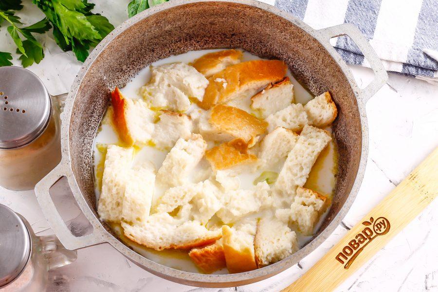 Выложите в емкость хлеб, и долейте оставшееся в емкости из-под хлеба молоко. Прогрейте все примерно 3-4 минуты до кипения молока.