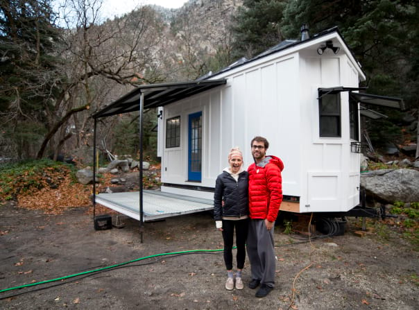 Как построить дом, если у тебя под рукой нет почти ничего? Эта семья знает ответ