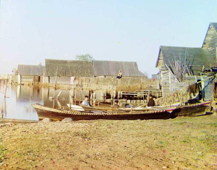 Лодка на берегу озера Селигер.