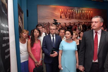 Аксенов призвал во имя духовности убрать демократию и сделать Россию монархией
