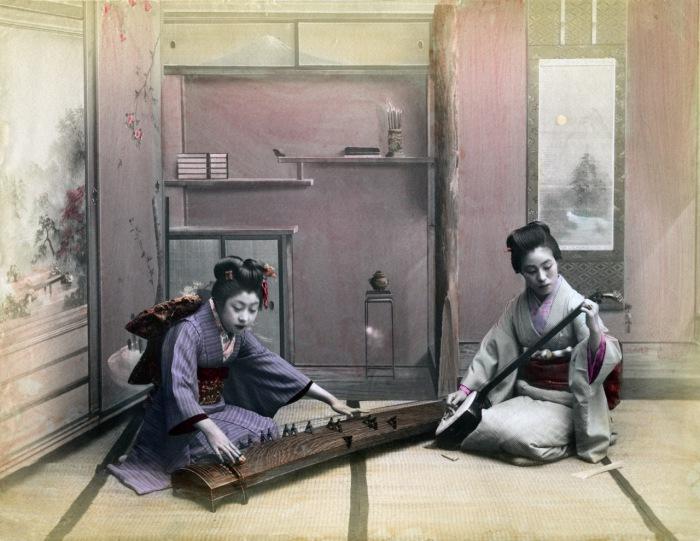 Кото наряду с флейтами хаяси и сякухати, барабаном цудзуми и лютней сямисэном относится к традиционным музыкальным японским инструментам.