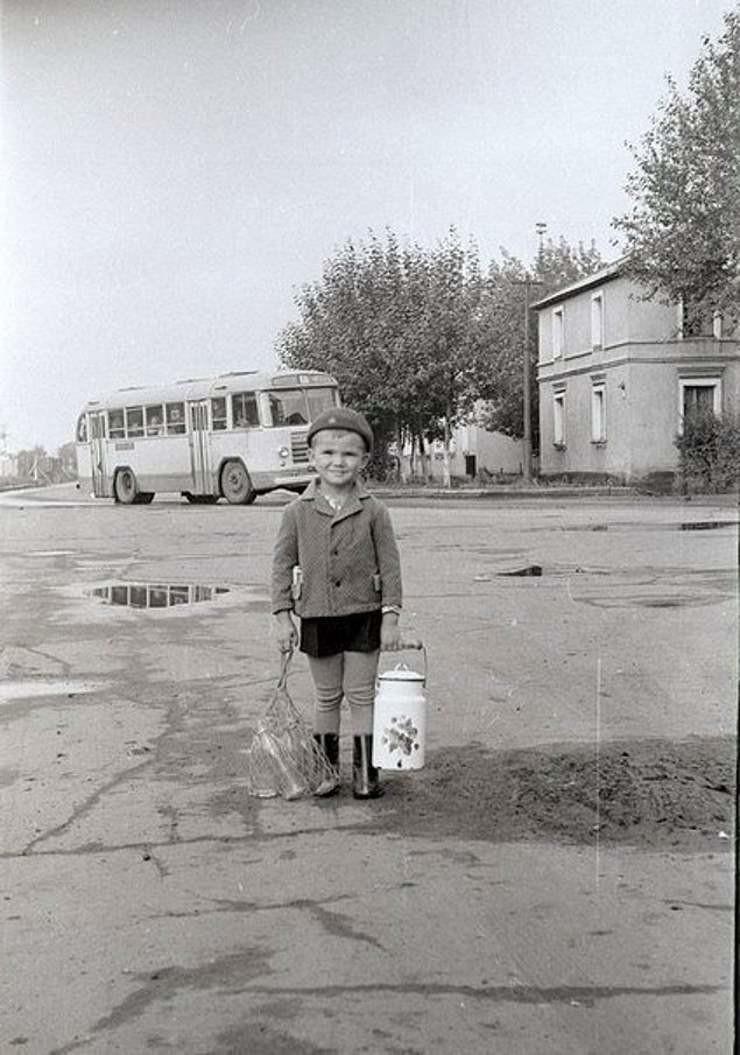 1. Трехлитровый бидон и молочные бутылки на сдачу. Резиновые сапоги на колготки под шорты. Битком набитый автобус ЗИЛ. СССР, люди, рожденные в СССР, советский союз