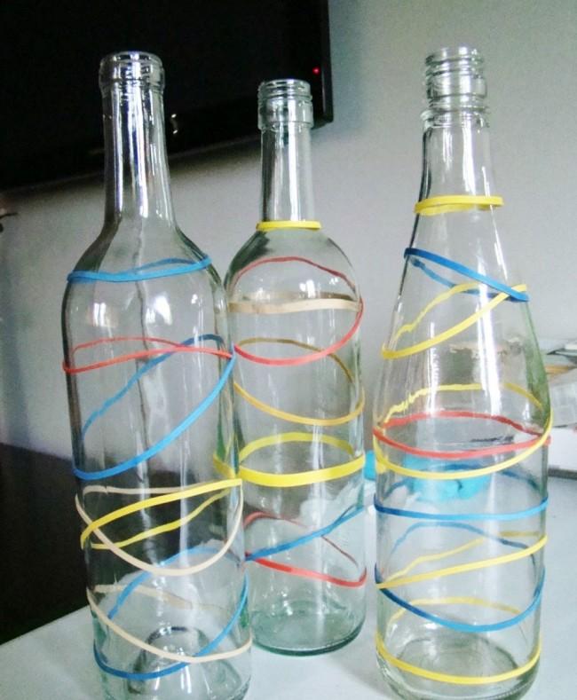 Произвольно намотайте резинки на бутылки примерно как на фотографии