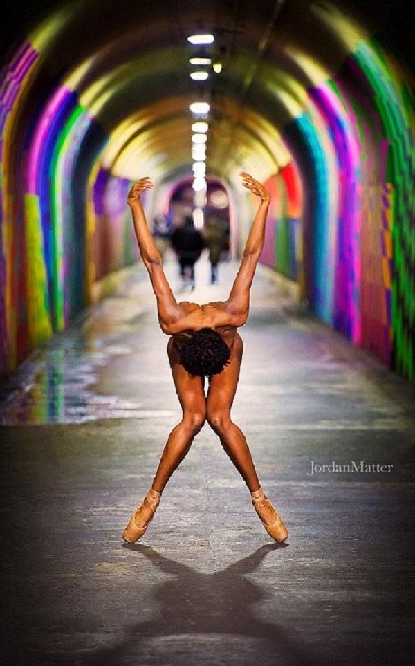 Разврат или искусство: танцоры разделись на улицах всего мира.
