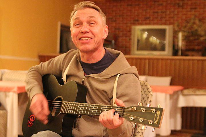 Российский певец Александр Скляр попал под обстрел в Донбассе