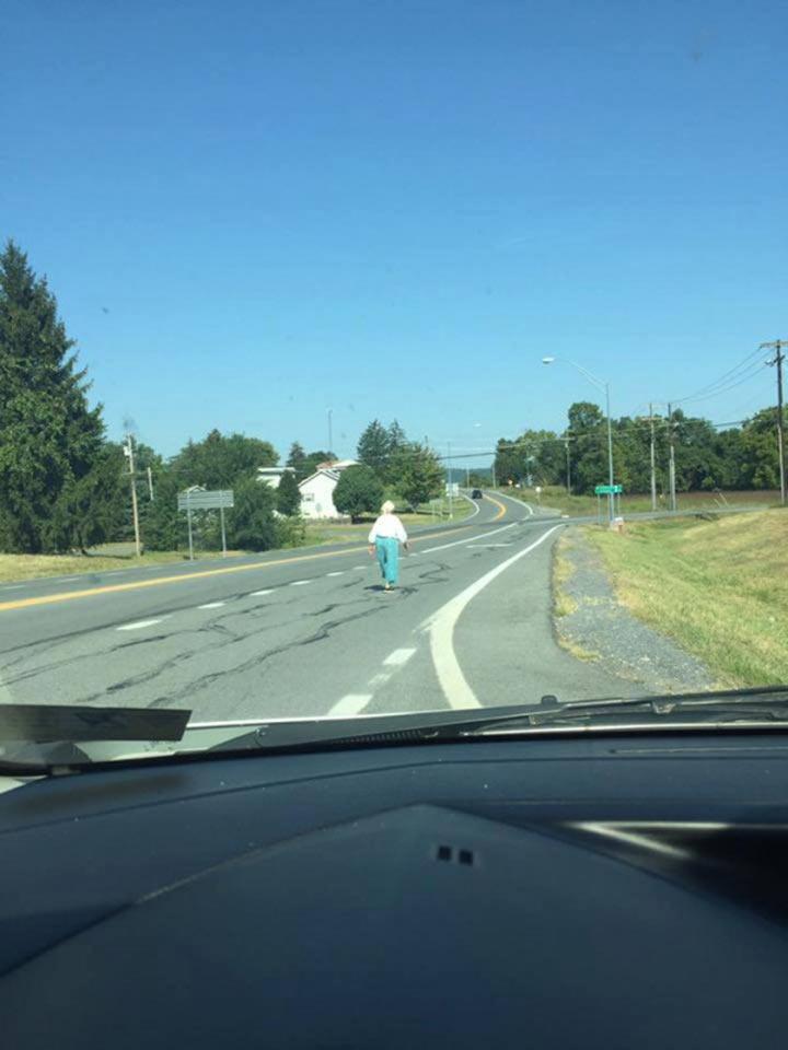 Одинокая старушка на дороге напугала водителя. Останавливая машину, он еще не знал, какое приключение его ожидает