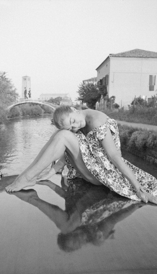 Голливудская русалка Эстер Уильямс на фоне своей стихии.