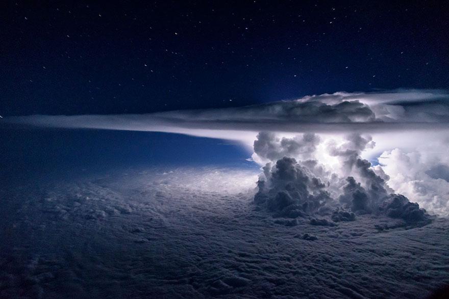 Под крылом самолета: тучи, бури, грозы на ошеломляющих снимках пилота
