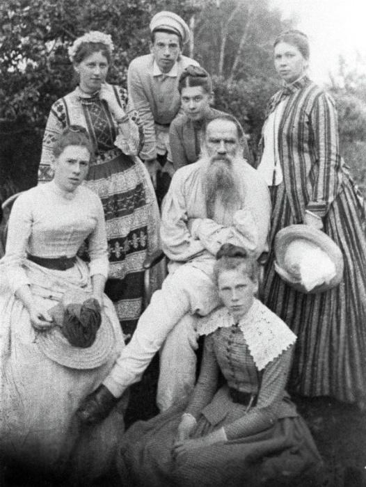 Лев Николаевич в семейном кругу.
