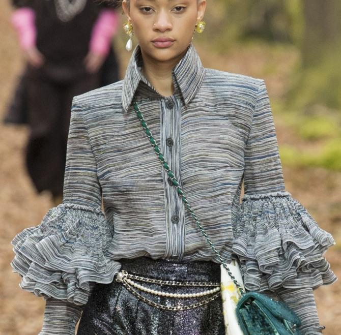 Модные детали блузок от Шанель - Застежка на планке, отложной воротник на высокой стойке, многослойные воланы на рукавах, широкие плечи на подплечниках, крепдышин с полосатым рисунком