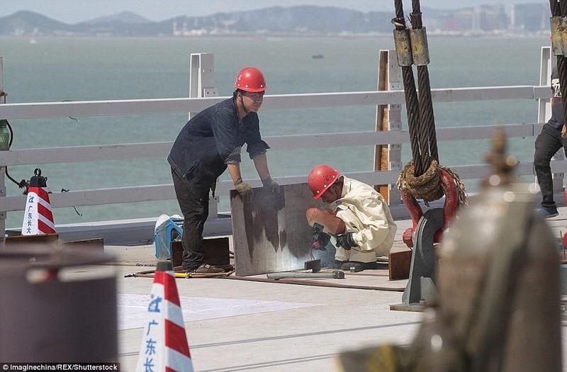 Строители соединяют две части моста, который обошелся в 112 миллиардов гонконгских долларов гонконг, длина, китай, море, мост, путь, рекорд, строительство