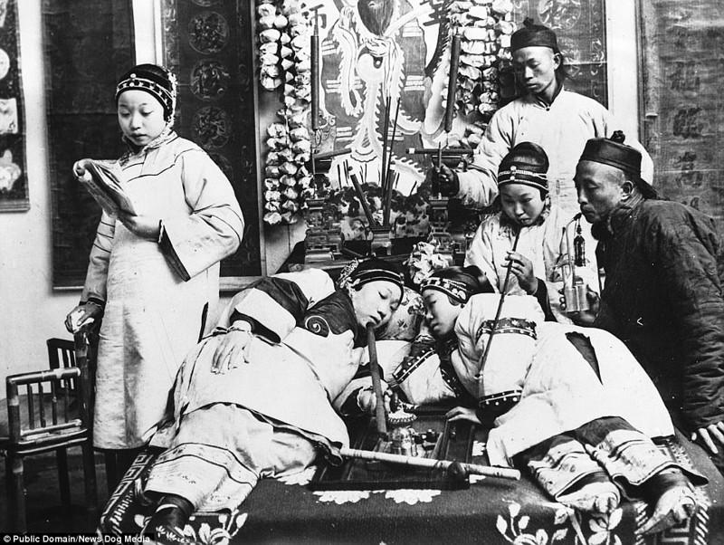 Курильщики опиума в пекинском притоне, 1932 год Цин, китай, фотография, эпоха