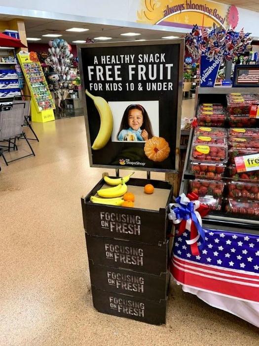 Стенд с бесплатными фруктами. | Фото: Кликабол.