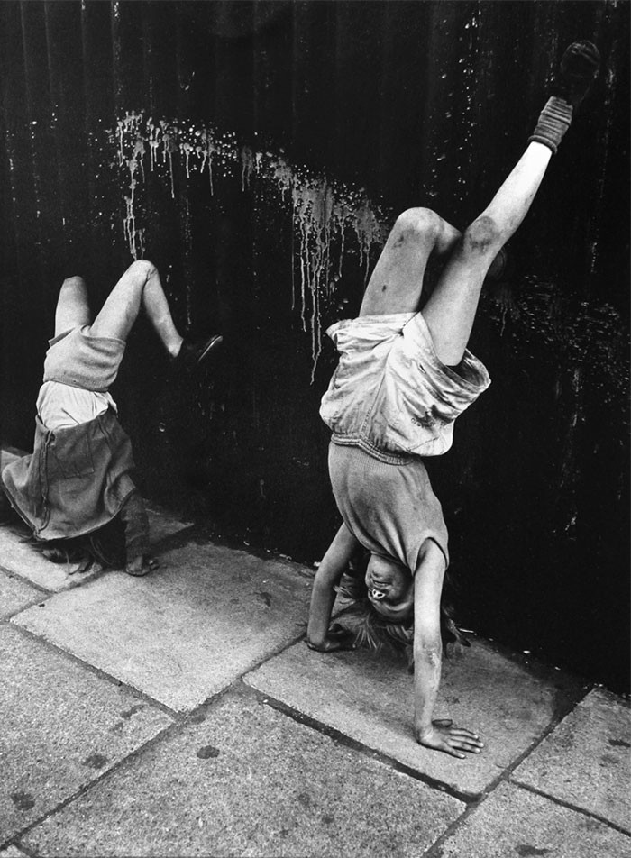 15. Девочки пытаются стоять на руках, Лондон 1956 год детство, прошлое, фотография