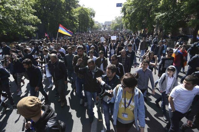 Десятки тысяч митингующих вышли на площадь в центре Еревана