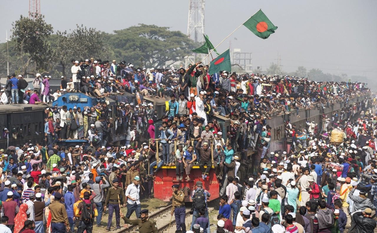 Как жители Бангладеш добираются с работы домой бангладеш, вокзал, вот это да!, переполненная, столпотворение, толпа, час пик, электричка