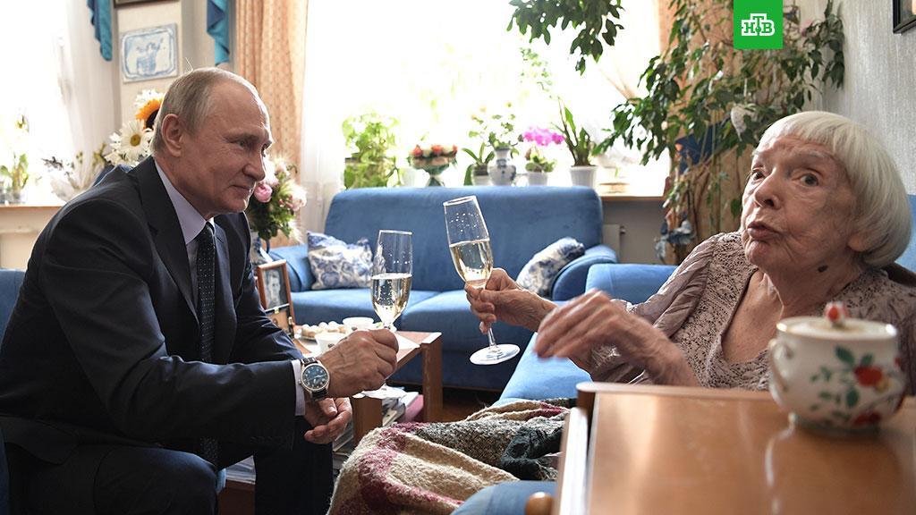 Путин наградил Алексееву за достижения в правозащитной деятельности