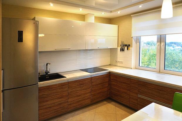 Дизайн кухни с столешницей под окном