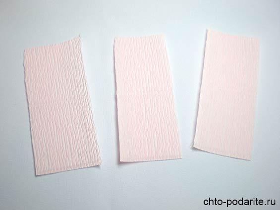 Вырезаем из гофрированной бумаги три прямоугольника