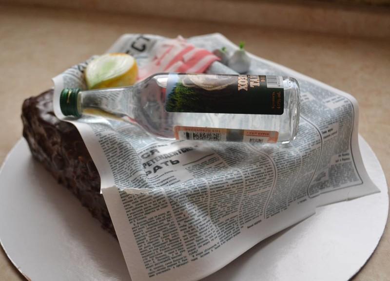 Есть на газетке - это по-нашему! Кстати, здесь настоящая только бутылка, а все остальное - сахарное. прикол, россия, торт
