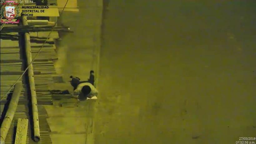 Мальчик каждый вечер делал уроки сидя на тротуаре, пока люди не сняли его на видео