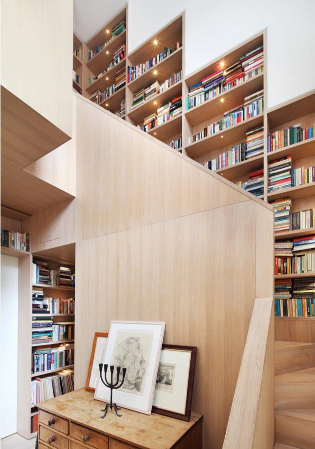 Большие стеллажи на лестнице