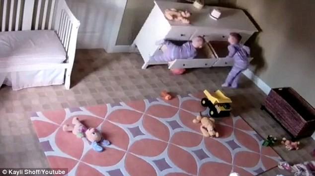 Двухлетний малыш чуть не погиб, если бы не его брат-близнец. (Видео)