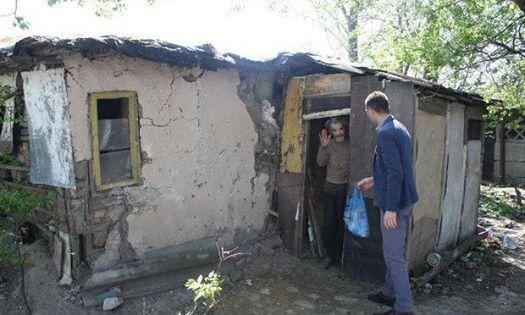 Двое мужчин построили дом для пожилого мужчины, после того как фотографии его ветхого жилья разлетелись по Интернету