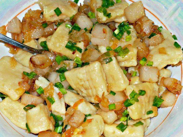 Быстрое и простое блюдо, которое можно есть с чем угодно: картофельные ньокки с обжаренным салом и луком