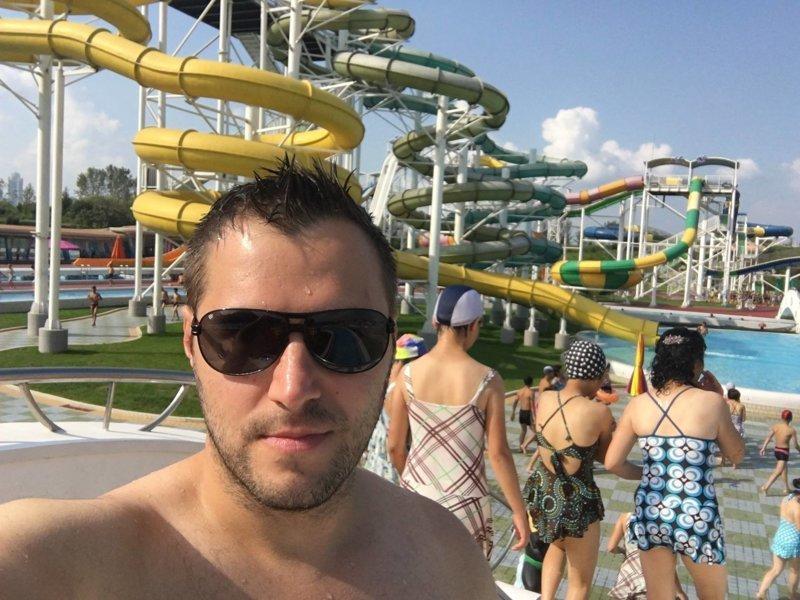 Автор на территории аквапарка Израиль, аквапарк, кндр, развлечения, северная корея, турист