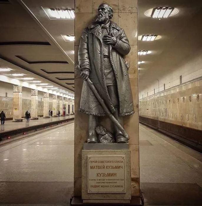 Памятник Кузьмину на станции метро «Партизанская».
