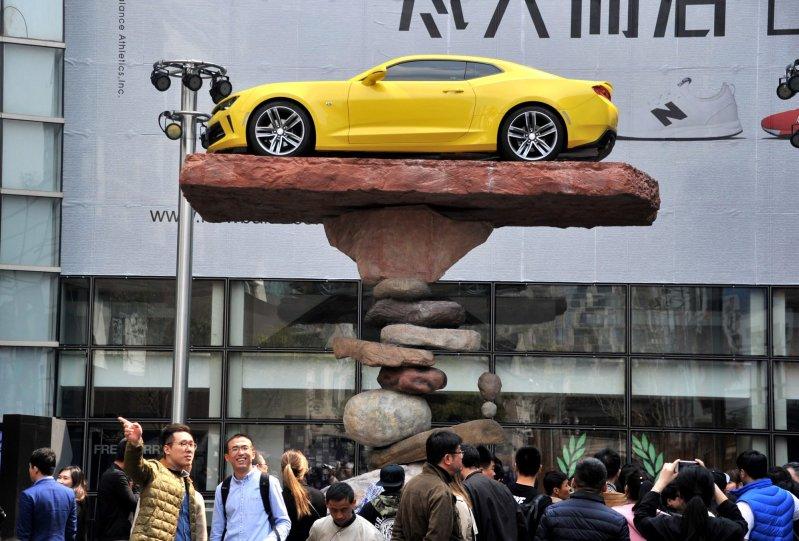 Мастер балансировки установил автомобиль на камни