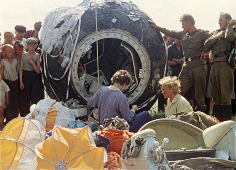 Первая женщина-космонавт Валентина Терешкова после приземления, Алтайский край, 1963 год СССР, быт, воспоминания, ностальгия, фото