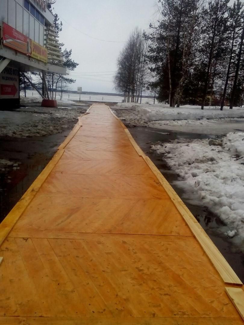 В Архангельске к международному форуму с участием Путина поверх асфальта положили дорожку из паркета
