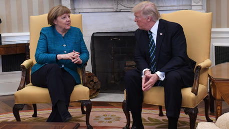 В Белом доме объяснили, почему Трамп не пожал руку Меркель