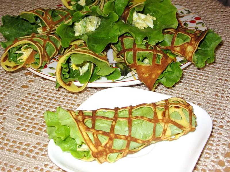 Закуска в салатных листьях и кружевных блинах