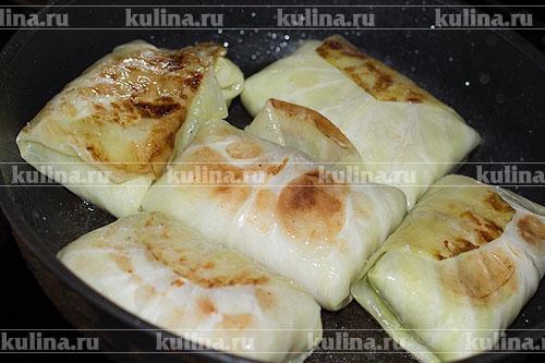 Разогреть в сковороде растительное масло, выложить голубцы и обжаривать с двух сторон до золотистого цвета.
