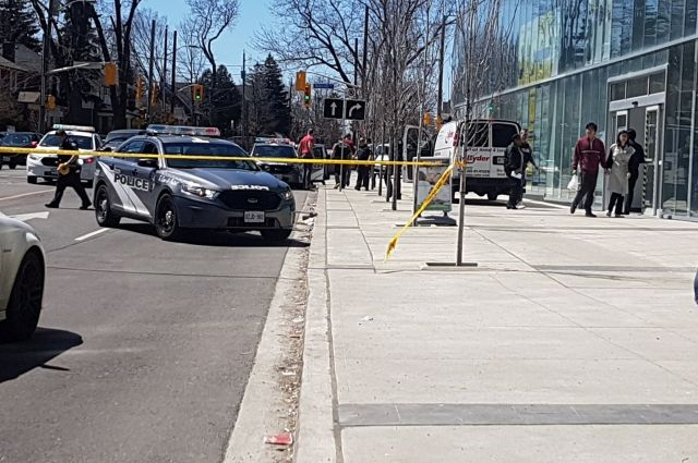 Полиция сообщила о девяти погибших при наезде фургона на людей в Торонто