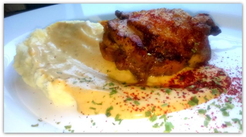 Луково-чесночный соус с горчицей, курочкой и картофельно-сельдереевым пюре
