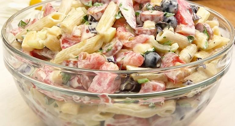 Удачный «Дачный» салат на обед: приготовлен из того, что есть в холодильнике