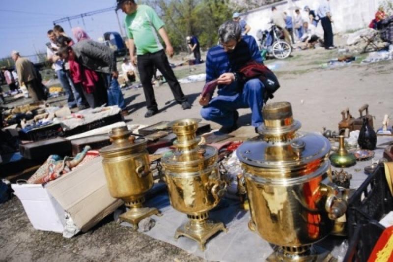 Ющенко торгует вышиванками на блошином рынке