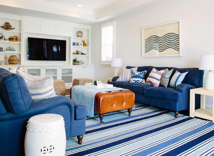 Темно-синие диваны в гостином зале фото